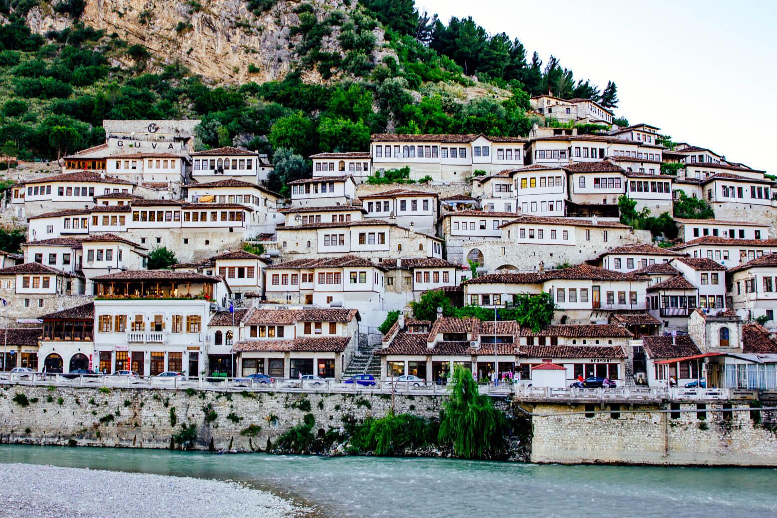 Османский Старый город Берата в Мангалеме Путеводитель по Албании