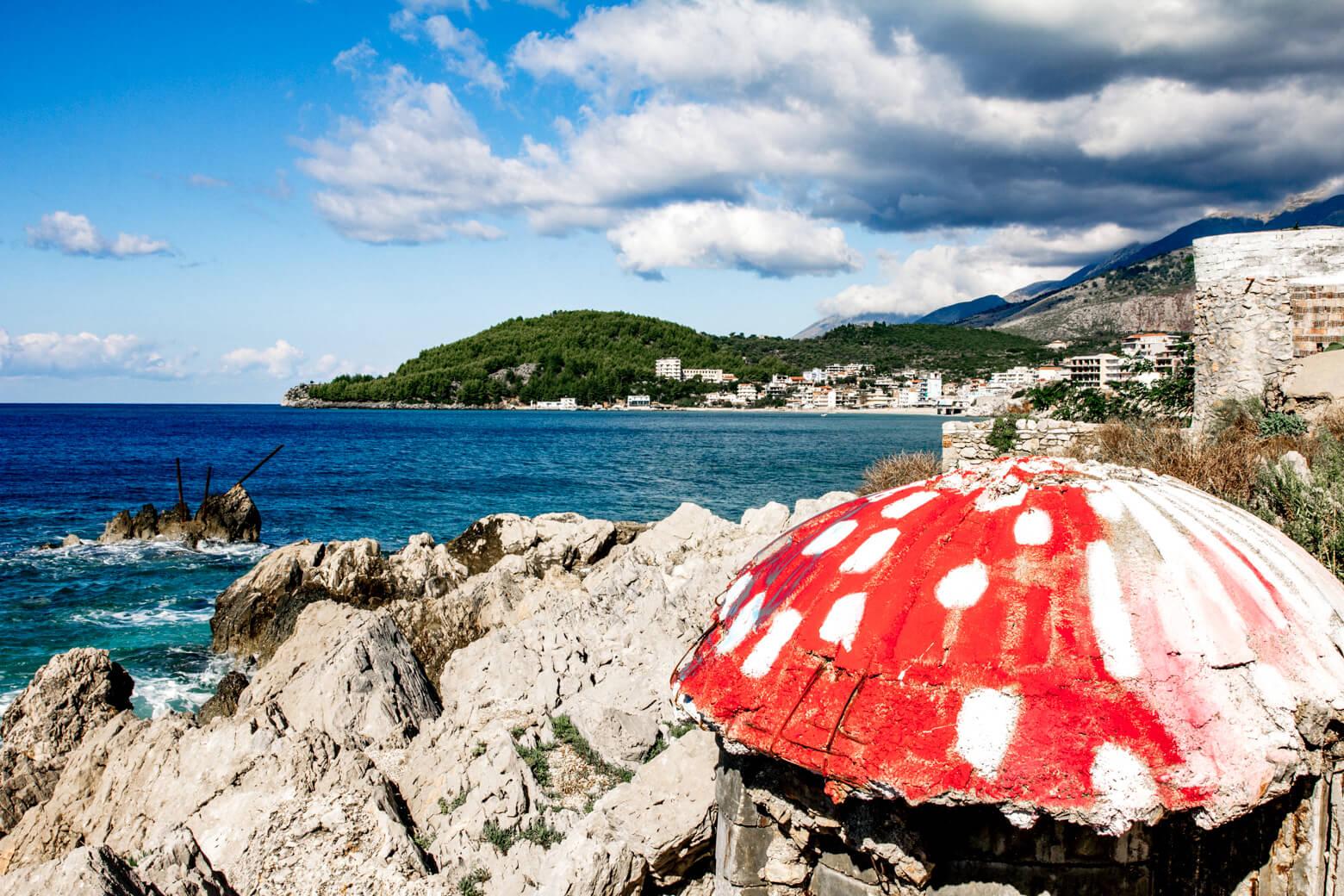 Красный бункер на пляже Химара Путеводитель по Албании
